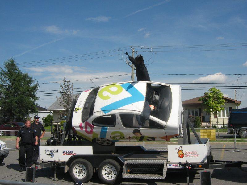 Les policiers de la Régie de Police Richelieu-Saint-Laurent utilisent un simulateur de tonneaux pour montrer l'impact d'un accident à haute vitesse.