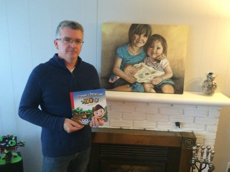 Mario Bergeron tenant fièrement son livre. À l'arrière, on peut voir une peinture fictive représentant les deux filles de M. Bergeron tenant leur petit frère Ulysse.