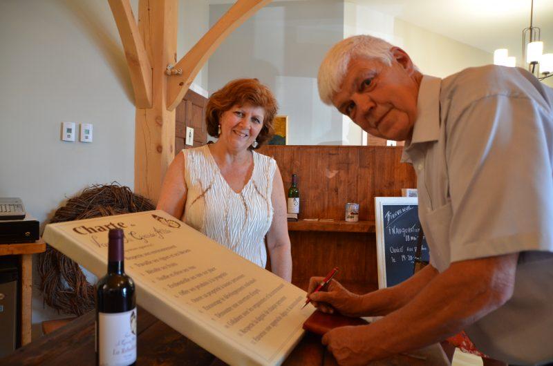 Jasmine Berger et Bernard Gravel signent la charte dont s'est doté le vignoble.