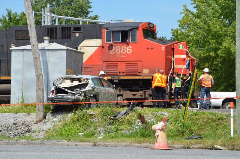 La voiture aurait endommagé le bâtiment du CN dans l'accident. photo: Karine Guillet