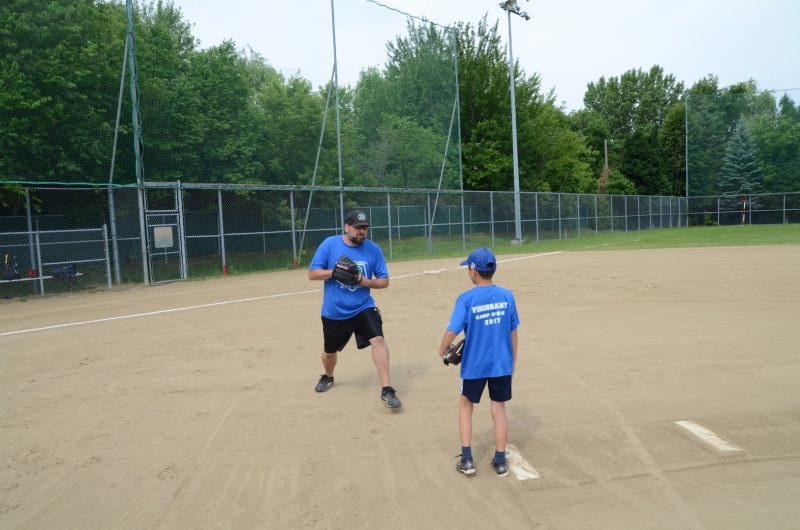 Steve Green donnant quelques conseils à un jeune joueur. Photo: Denis Bélanger