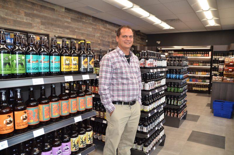Raphael Éthier dans la section des bières de micro-brasserie.