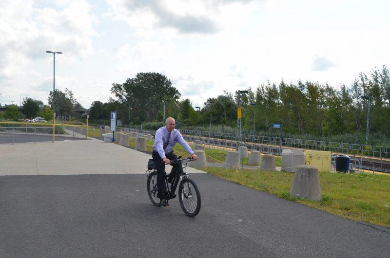 Yves Corriveau sur un vélo électrique. Photo: Denis Bélanger
