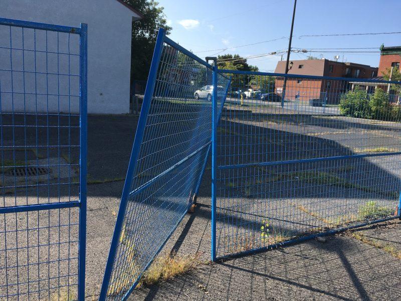 Sur place, L'Œil Régional a constaté la présence de matelas abandonnés dans le stationnement et d'une grande ouverture dans les clôtures, permettant de s'introduire facilement sur le site. Photo: Vincent Guilbault