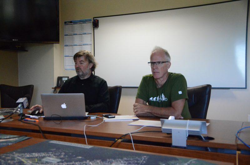 Hugo Mimee, en compagnie de Bernard Morel, a présenté la semaine dernière un bilan des travaux du comité. Photo: Denis Bélanger