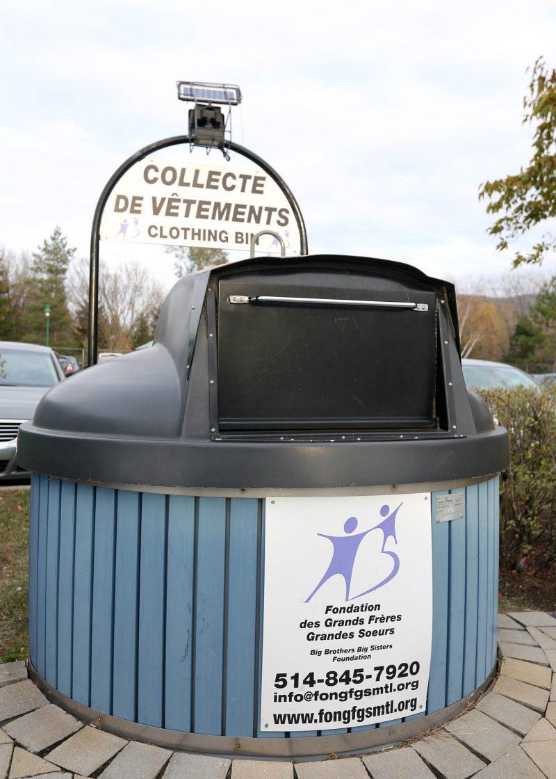 Les bacs à vêtement de Grands Frères Grandes Sœurs sont toujours présents au Mail Montenach et dans le stationnement du supermarché Maxi. Photo: Robert Gosselin