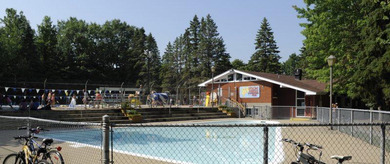 La nouvelle proposition de piscine prévoit un chalet, plus modeste, mais sacrifie l'espace pour une maison des jeunes. Sur ce point, le maire Parent se fait toutefois rassurant. Sans pouvoir en parler pour le moment, il prévoit que les jeunes auront bientôt leur lieu dédié. Photo: Archives