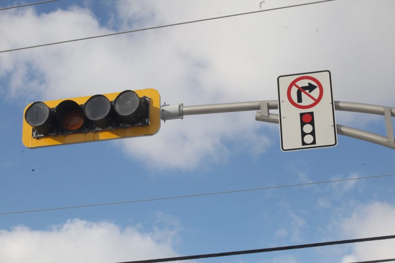 La nouvelle signalisation interdit le virage à droite. Photo: Robert Gosselin