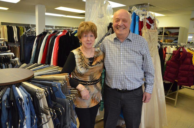 Sylvia et Gaston Pinard prendront leur retraite du comptoir familial d'Otterburn Park le 28 avril. Photo: Vincent Guilbault