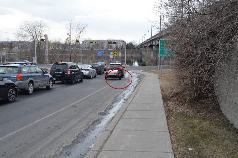 Plusieurs automobilistes franchissent la ligne de l'accotement afin de virer à droite sur le chemin des Patriotes. Photos: Vincent Guilbault