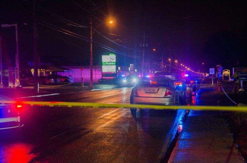 Un homme, atteint par des projectiles d'arme à feu, a été retrouvé mort dans le stationnement du restaurant La Poudrière, sur Bernard-Pilon. Photo: Gracieuseté