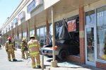 Une voiture fracasse la vitrine d'un commerce