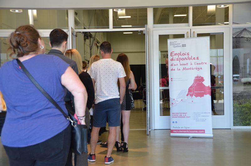 À Saint-Hyacinthe, les candidats faisaient déjà la file à 10h pour rencontrer la cinquantaine d'employés déployés pour l'occasion. Photo: Karine Guillet