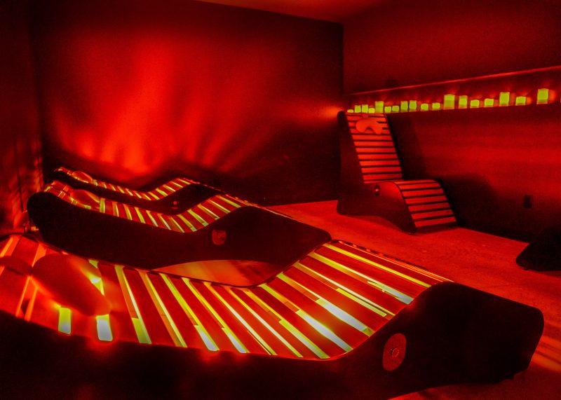La salle de relaxation avec des chaises équipées de lumières infrarouges. photo:François Larivière