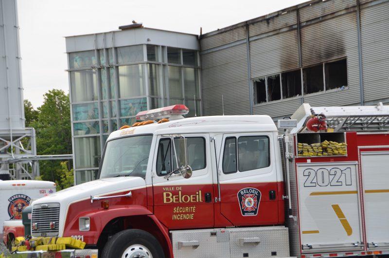 Les pompiers étaient toujours sur place vers 11h, vendredi, pour faire la lumière sur cet incendie. photo: Karine Guillet