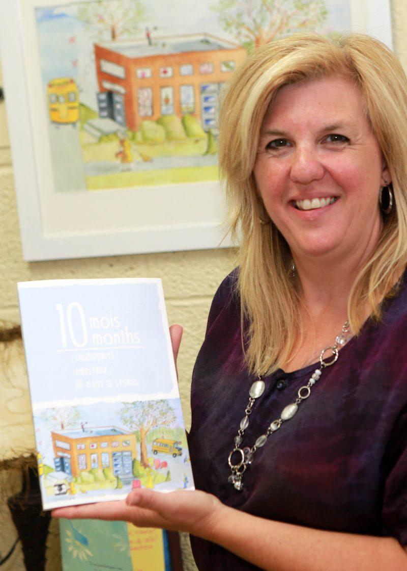 Sophie Lapointe, coauteure et éditrice, tient le livre de 164 pages qui a vu le jour à la suite d'un processus de plus de trois ans. Photo: Robert Gosselin