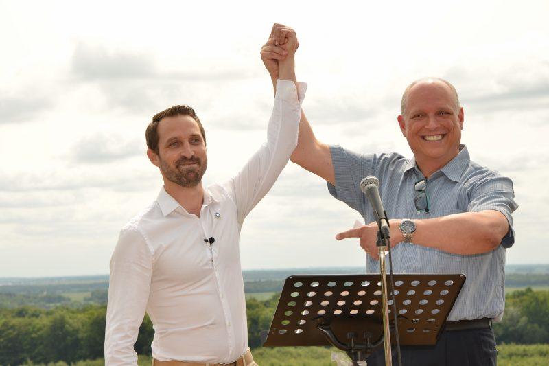 Le candidat du Parti Québécois, Cédric Gagnon-Ducharme (à gauche) avec le député sortant de Verchères, Stéphane Bergeron. photo: Luc Giard