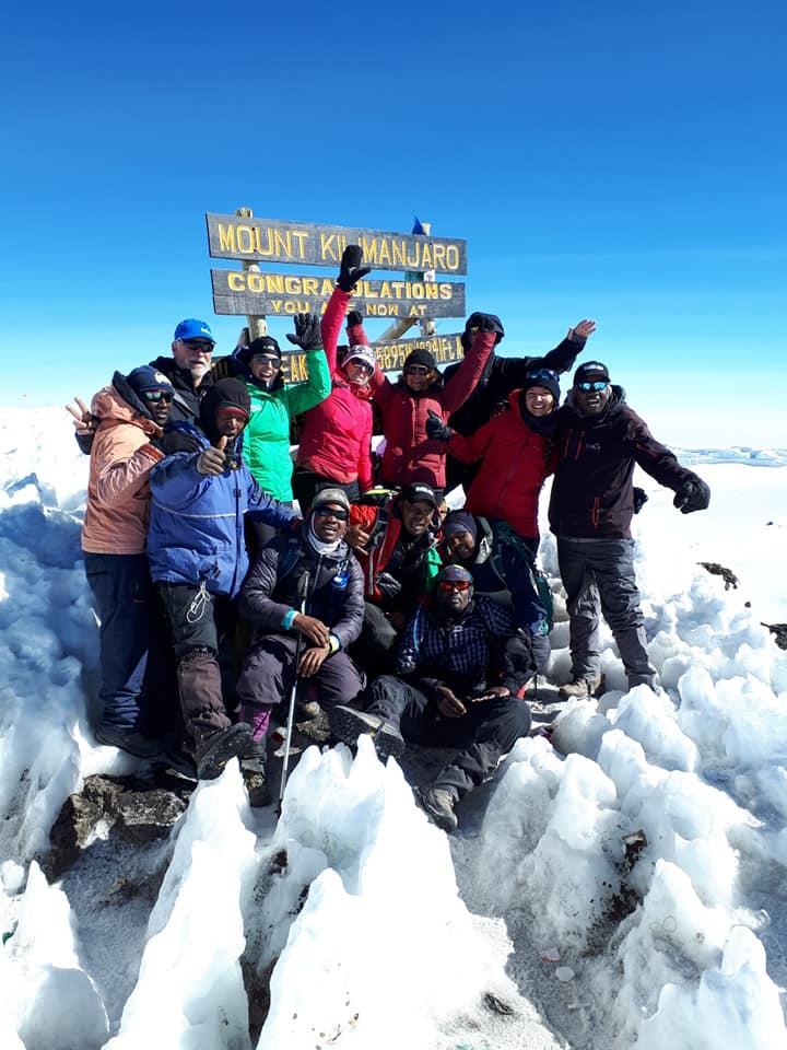 Les participants au sommet du Kilimandjaro, plus haut sommet d'Afrique. photo: Facebook.