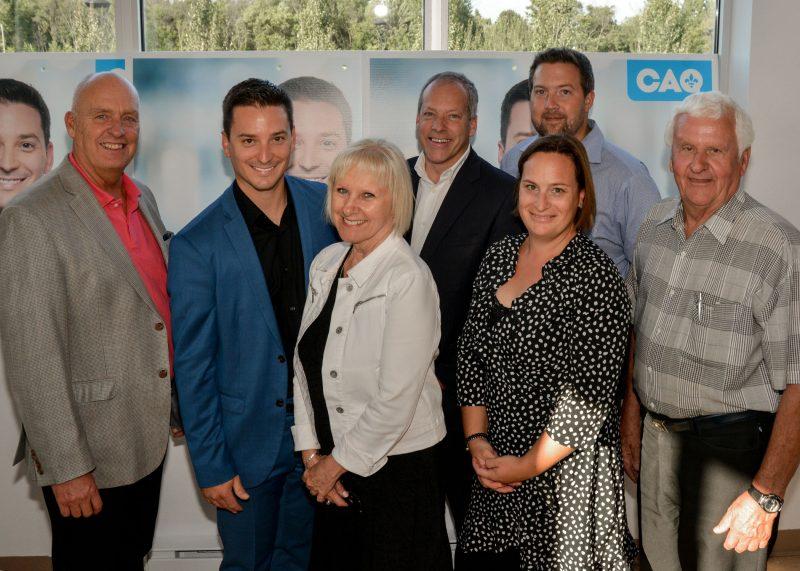 Le député sortant Simon Jolin-Barrette (en bleu) entouré d'élus de la région. photo:François Larivière