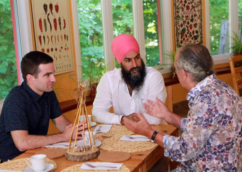 Le chef du NPD, Jagmeet Singh, en compagnie du député fédéral Matthew Dubé et de l'artiste André Michel, à la Maison amérindienne de Mont-Saint-Hilaire. Photo: Robert Gosselin