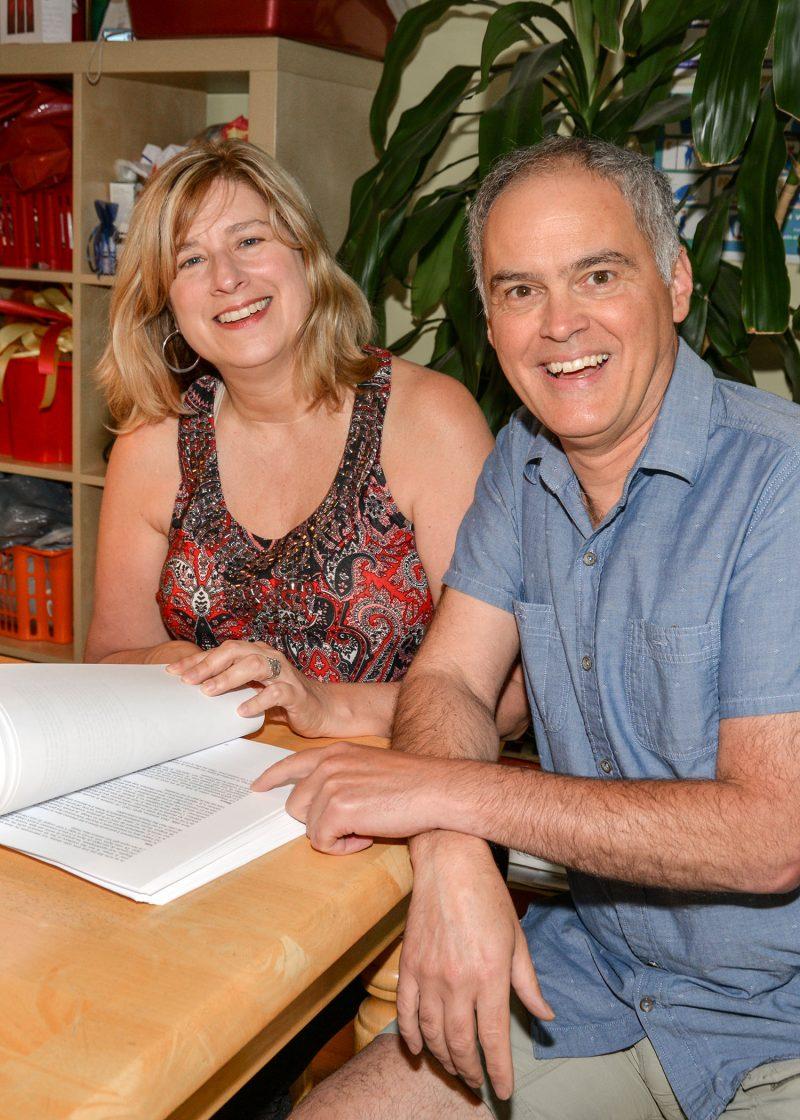 Julie Desroches et Simon Parisien tiennent le manuscrit de leur premier livre. photo:François Larivière