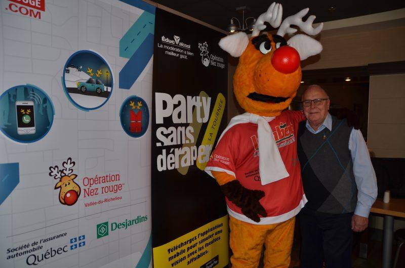 Le coordonnateur Daniel Doucet avec la mascotte d'Opération Nez rouge lors du lancement de la campagne, lundi. Photo: Vincent Guilbault