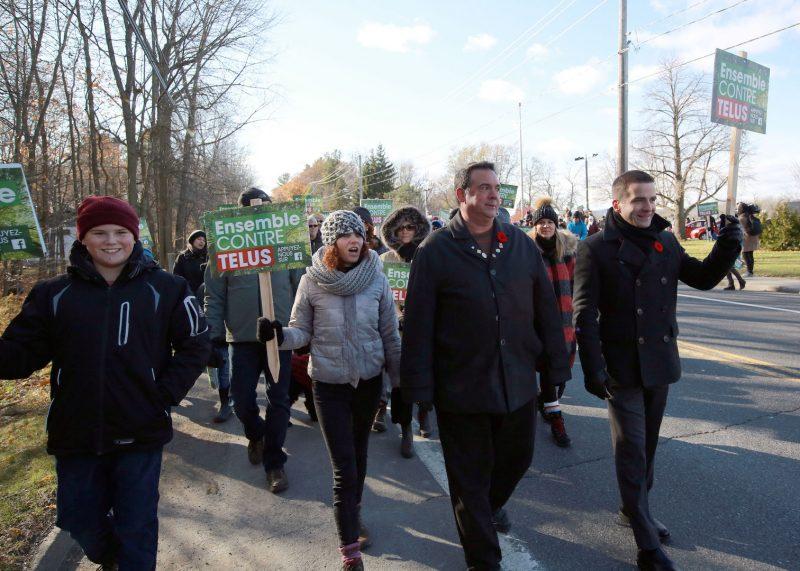 L'opposante Isabelle Vermette, le maire Denis Parent et le député de Belœil-Chambly Matthew Dubé lors de la marche contre la tour. Photo: Robert Gosselin