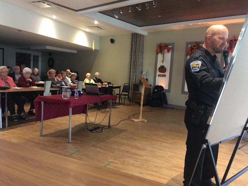 Le policier Éric Bouliane a demandé aux aînés de définir l'intimidation. Violence, moqueries, ridiculiser et forcer les autres à faire quelque chose sont les concepts qui en sont ressortis. Photo: Karine Guillet