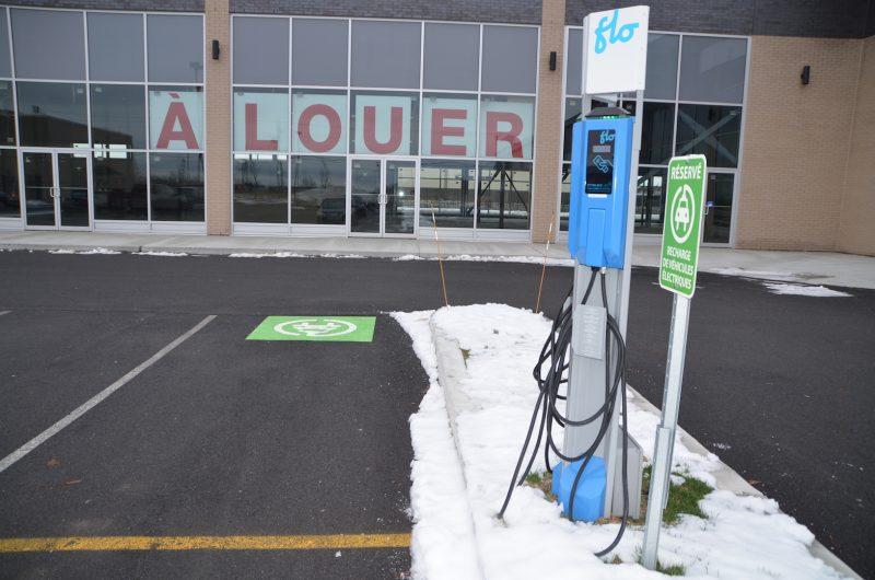 La contravention pour se stationner devant une borne de recharge électrique est de 169 $, incluant les frais. Photo: Vincent Guilbault