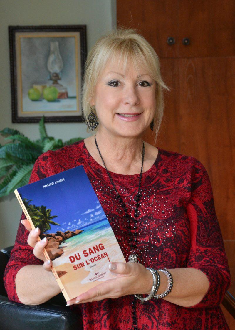 Au sujet de son dernier roman, Du sang sur l'océan, Roxane Laurin le décrit comme « un océan d'émotions » doté d'éléments qui sont tout à fait d'actualité malgré son côté intemporel. « Il faut le voir comme une grande aventure », conclut-elle. Photo François Larivière | L'Œil Régional ©