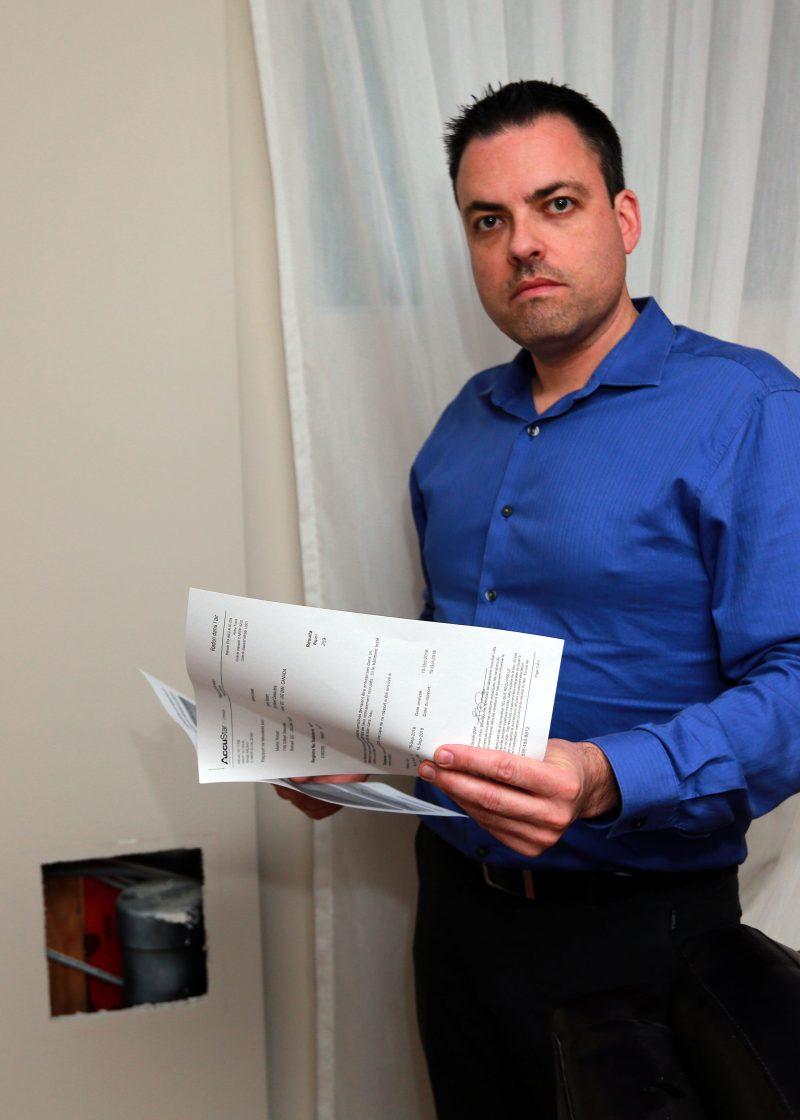 Martin Robert avec les résultats de son test de radon. Photo: Robert Gosselin