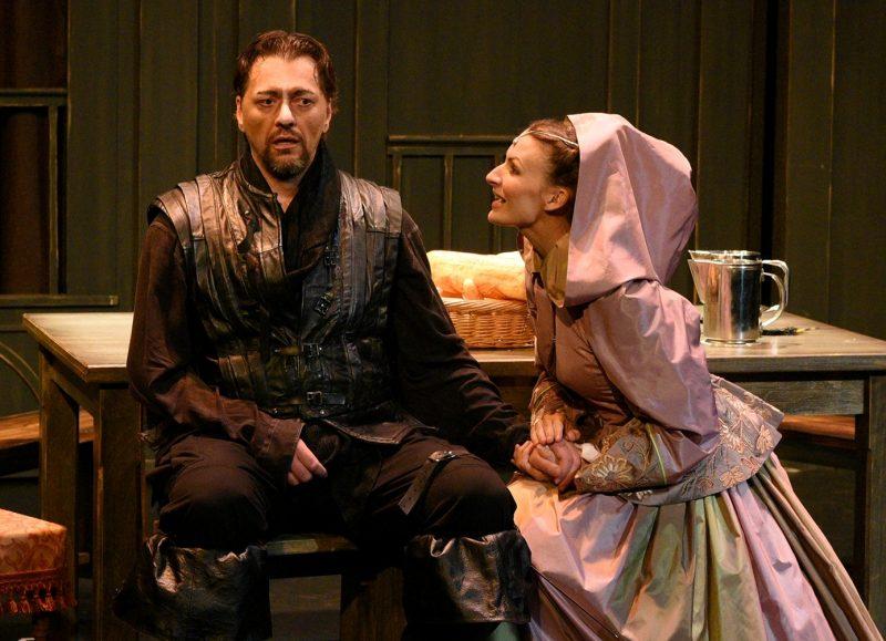 Le rôle de Cyrano de Bergerac semble avoir été taillé sur mesure pour le comédien Hugo Giroux, qui se décrit comme un romantique et un protecteur. Il apparaît au côté de Roxane, interprétée par Mélanie Pilon.  Photo Caroline Laberge