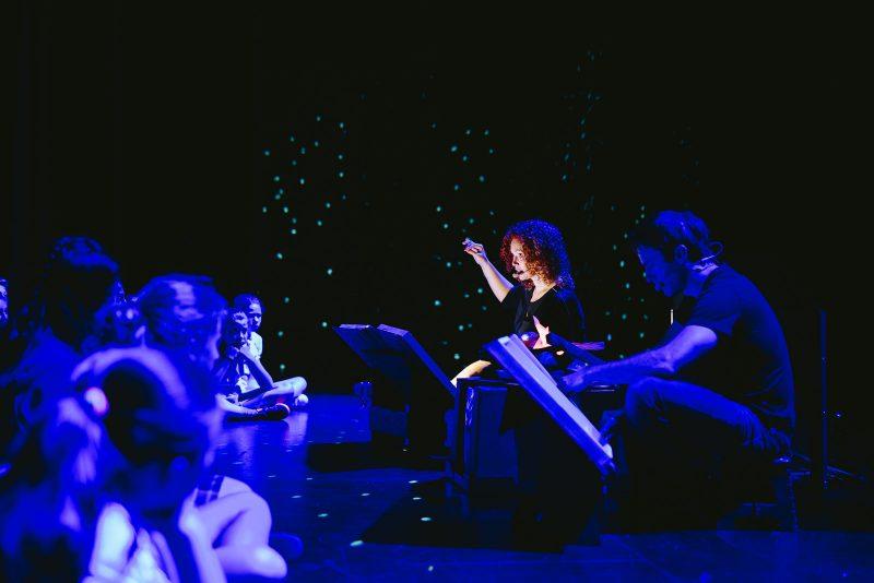 Actuellement, sept personnes issues du milieu du théâtre, du doublage et de l'enseignement de l'art dramatique font partie de l'équipe et s'alternent pour offrir des ateliers dans les écoles et les bibliothèques. Sur la photo, on reconnaît Julie Labrosse et Jérôme Roy en plein atelier. Photo gracieuseté