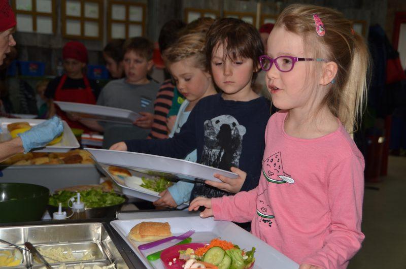 De jeunes élèves de la maternelle juste avant d'entamer leur repas.  Photo Vincent Guilbault | L'Œil Régional ©