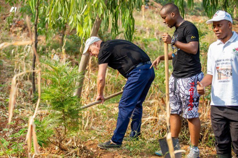 Yves Corriveau lors de son voyage au Burundi. Photo tirée de Twitter
