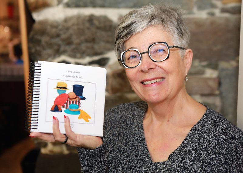 Dans Si le chapeau te fait..., Carole Laliberté a illustré 52 personnages et a écrit de brefs textes sur chacun d'eux. Les premiers commentaires qu'elle a reçus sur son deuxième livre lui disent que son ouvrage « fait du bien » et « aide à grandir ». Photo Robert Gosselin | L'Œil Régional ©