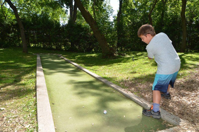 Ce jeune garçon attaque le premier trou du parcours. Photo Sarah-Eve Charland | L'Œil Régional©