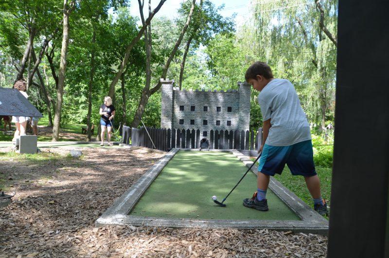Il y avait beaucoup de mini-golfeurs au passage de L'Œil Régional un mardi après-midi d'août alors que les vacances de la construction étaient déjà terminées.