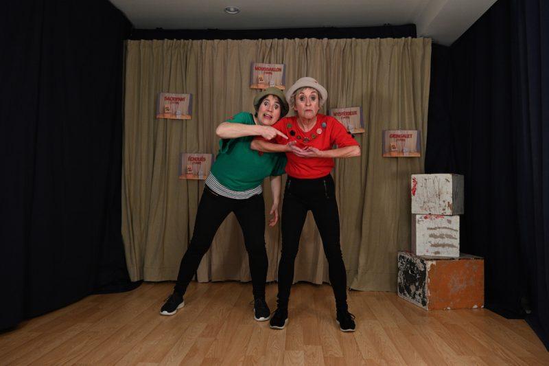 Suzane O'Neill et Ysabelle Rosa proposent trois contes dans le cadre du spectacle À l'aventure! dans un décor minimaliste laissant toute la place à l'imagination. Derrière elles se trouvent des mots peu communs qu'elles utilisent lors du spectacle. Photo Suzane O'Neill