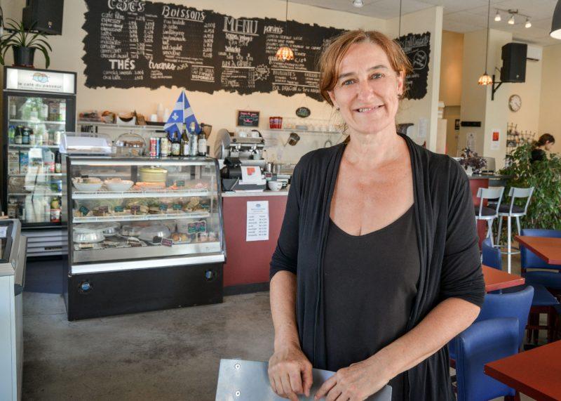 Jocelyne Bilodeau, propriétaire du Café du passeur, est fière de constater que son établissement fait déjà partie du paysage hilairemontais. Photo François Larivière | L'Œil Régional ©