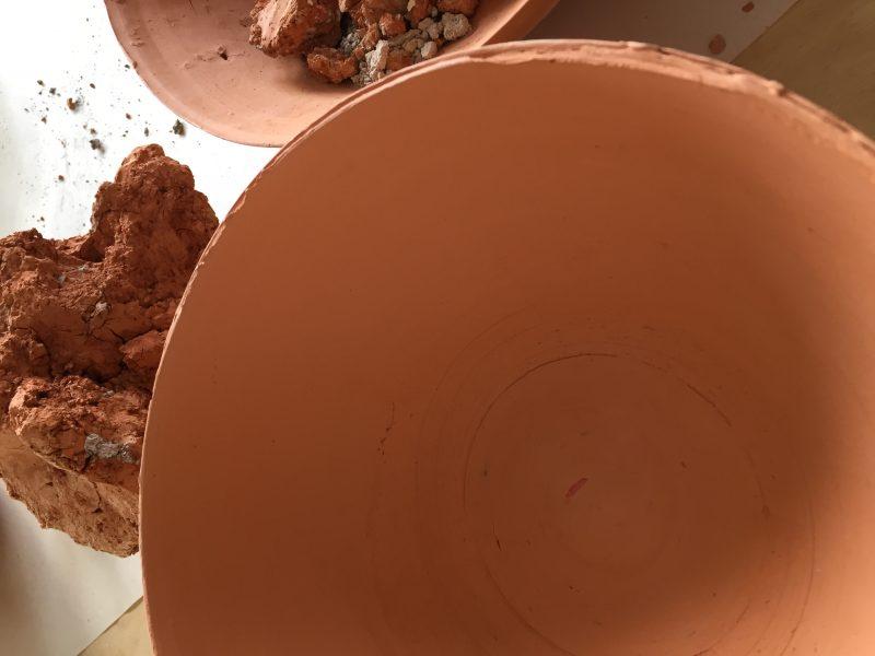 Ce bol créé par Marie Côté a été façonné à partir de l'argile de Belœil. Dans le cadre de sa participation au Jardin de pommes et d'argile, elle présente quatre « postes » représentant les différentes étapes de transformation de l'argile avant d'en arriver à ce résultat. Sa portion sera également accompagnée d'une bande sonore d'ambiance. Photo gracieuseté
