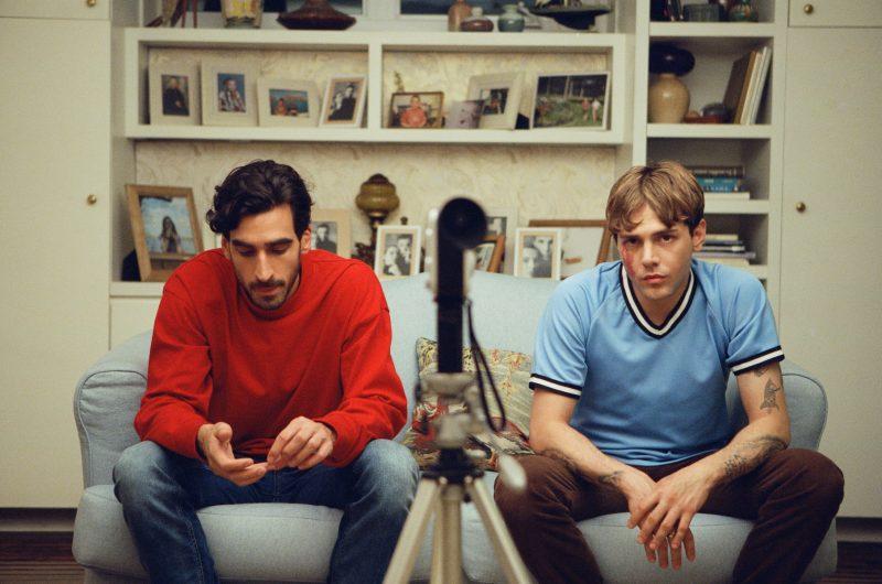 Le film Matthias et Maxime sera officiellement à l'affiche en octobre. Sur l'image tirée du film, on reconnaît les deux personnages interprétés par Gabriel D'Almeida Freitas et Xavier Dolan.  Photo Shayne Laverdière