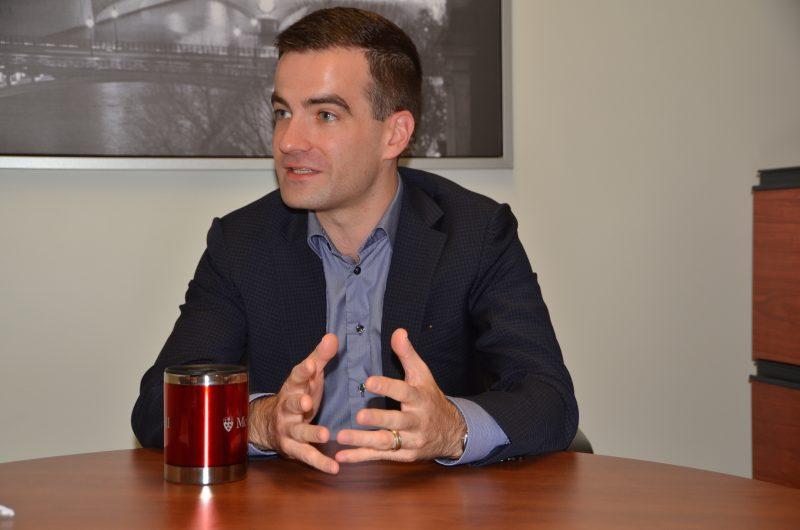 Matthew Dubé a rencontré notre journaliste dans les bureaux de L'Œil Régional. Photo Sarah-Eve Charland | L'Œil Régional ©
