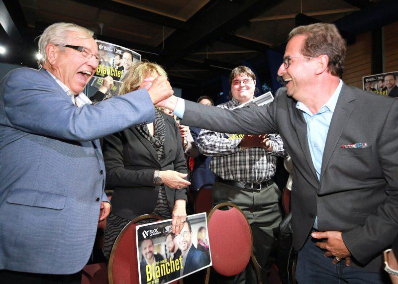 Le chef Yves-François Blanchet, à droite, sert la main du candidat et député sortant de Bécancour-Nicolet-Saurel, Louis Plamondon. Photo Robert Gosselin | L'Œil Régional ©