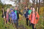 Bénévoles et élèves nettoient le parc du Domaine Aurèle-Dubois
