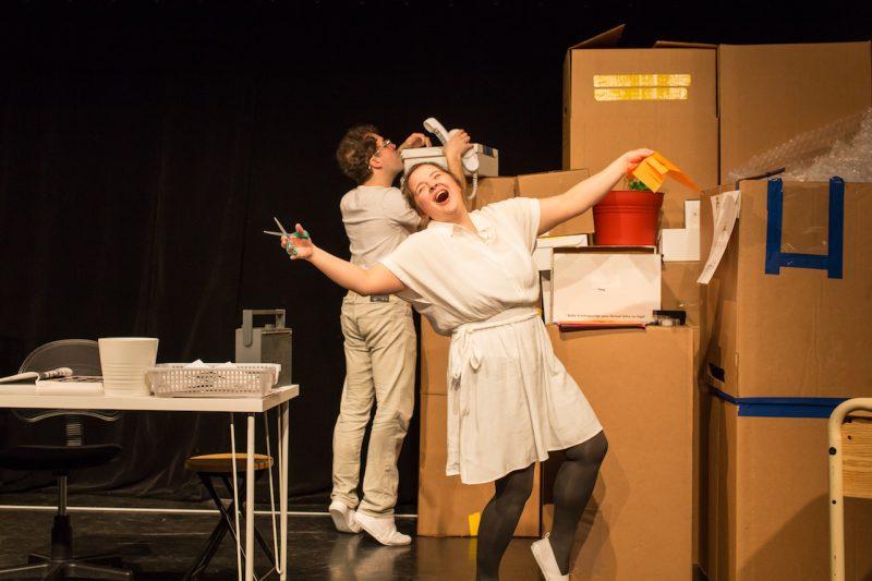 Fragile (Jean-François Guilbault) et Attention (Philomène Lévesque-Rainville) sont livrés sur scène et doivent apprendre à vivre dans un monde où tout leur est livré dans d'imposantes boîtes. Photo Jules Bédard