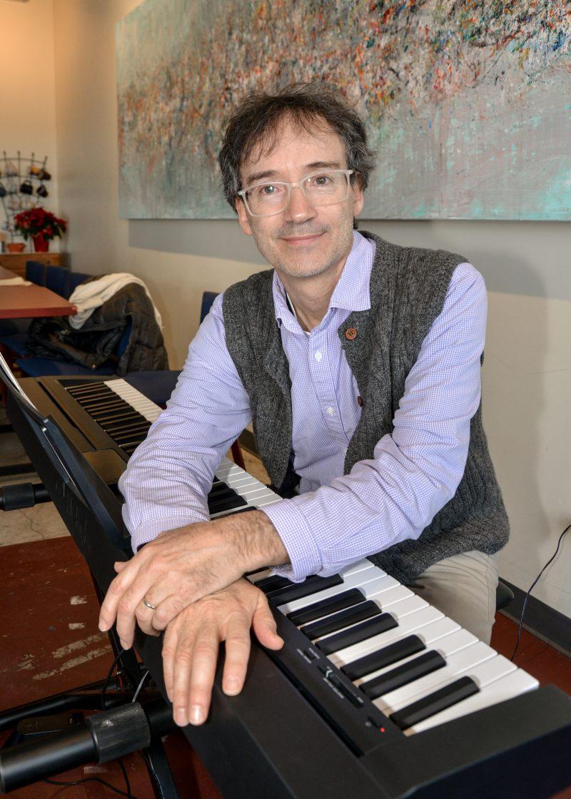 Le pianiste Ronald Conway était dimanche au Café du passeur, y interprétant des airs des fêtes au piano à partir de 11 h. Il y sera de nouveau le 15 et le 22 décembre. Derrière lui, on remarque le tableau Quête d'authenticité de Michel Poirier, qui sera visible au Café jusqu'au 22 décembre. Photo François Larivière | L'Œil Régional ©