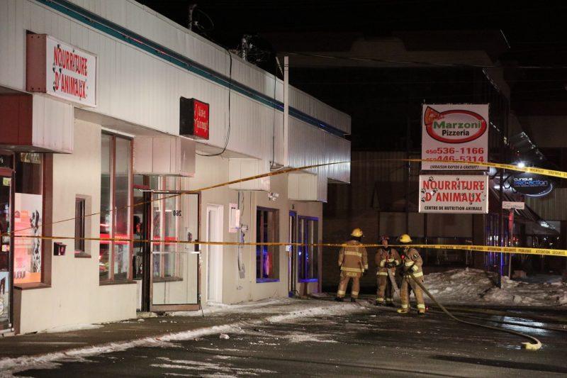 Personne ne se trouvait dans les quatre commerces du bâtiment au moment de l'incendie. Photo Olivier Joyal | L'Œil Régional