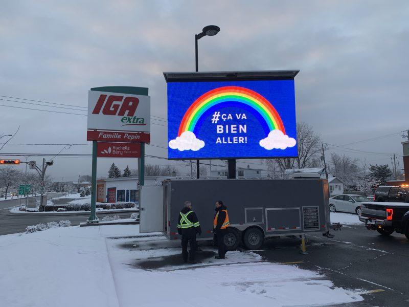 « Ça va bien aller! » rappelle Pierre Laporte, de l'entreprise TranQuébec,sur son affiche électronique installée sur le boulevard Sir-Wilfrid-Laurier, à McMasterville. Photo gracieuseté Patrick Magnan