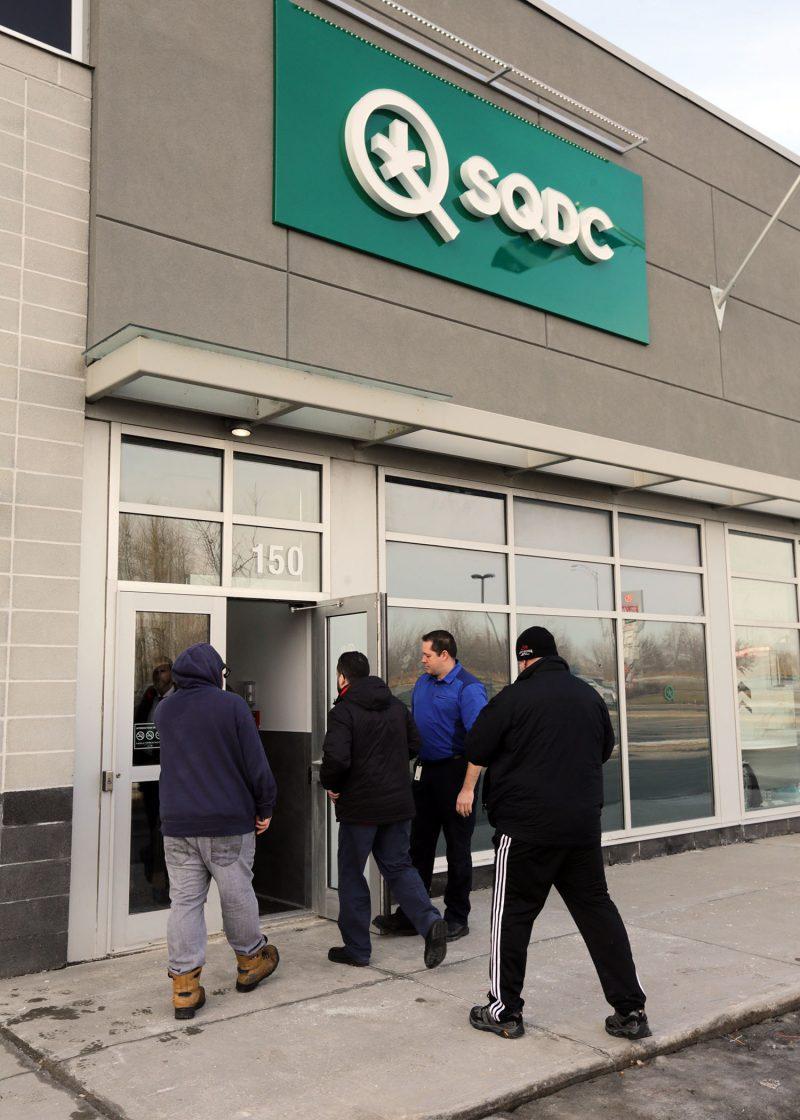 Les premiers clients ont commencé à magasiner à la nouvelle succursale de la SQDC à Belœil. Photo Robert Gosselin | L'Œil Régional ©